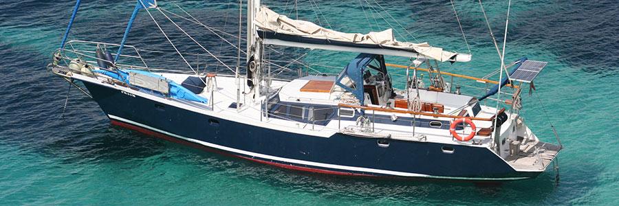 Cubierta amplia y despejada y pensada para disfrutar navegando y fondeado