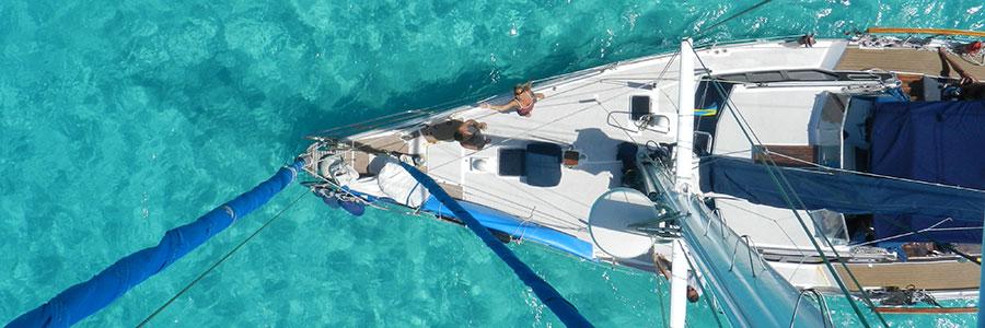 El velero Sirocodiez es ideal para viajar por su gran cubierta